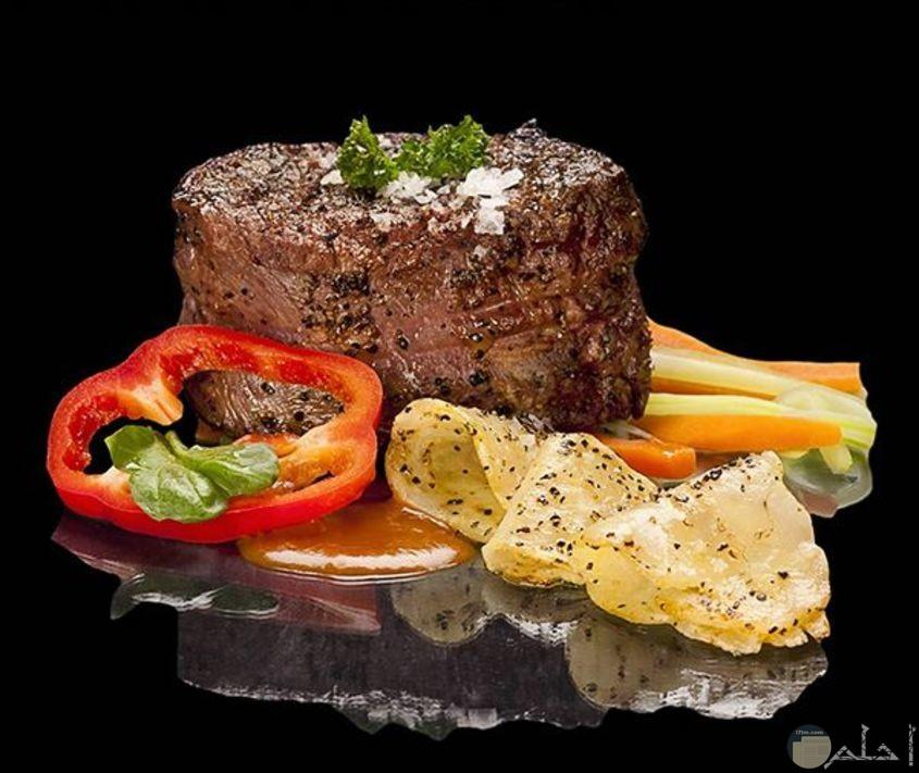 قطعه لحم مشوحه وجميله ولذيذه مع الزينه وجبنه وطماطم وجزر وخيار