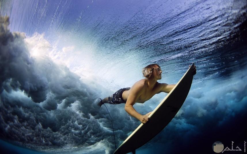 صور فوتوغرافيا لشاب يسبح باحترافية شديدة