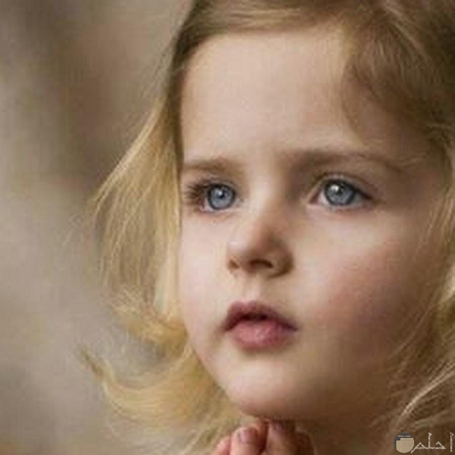 نظرة حزن في عيون بنوتة جميلة