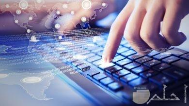 صورة للوحة مفاتيح كومبيوتر مع أصابع بشرية و مؤثرات تعبر عن تكنولوجيا الـ HD.