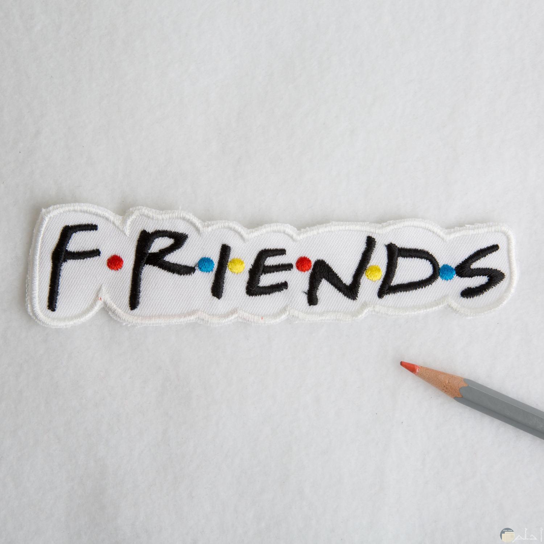 لوجو الأصدقاء بالإنجليزية و فواصل ملونة.