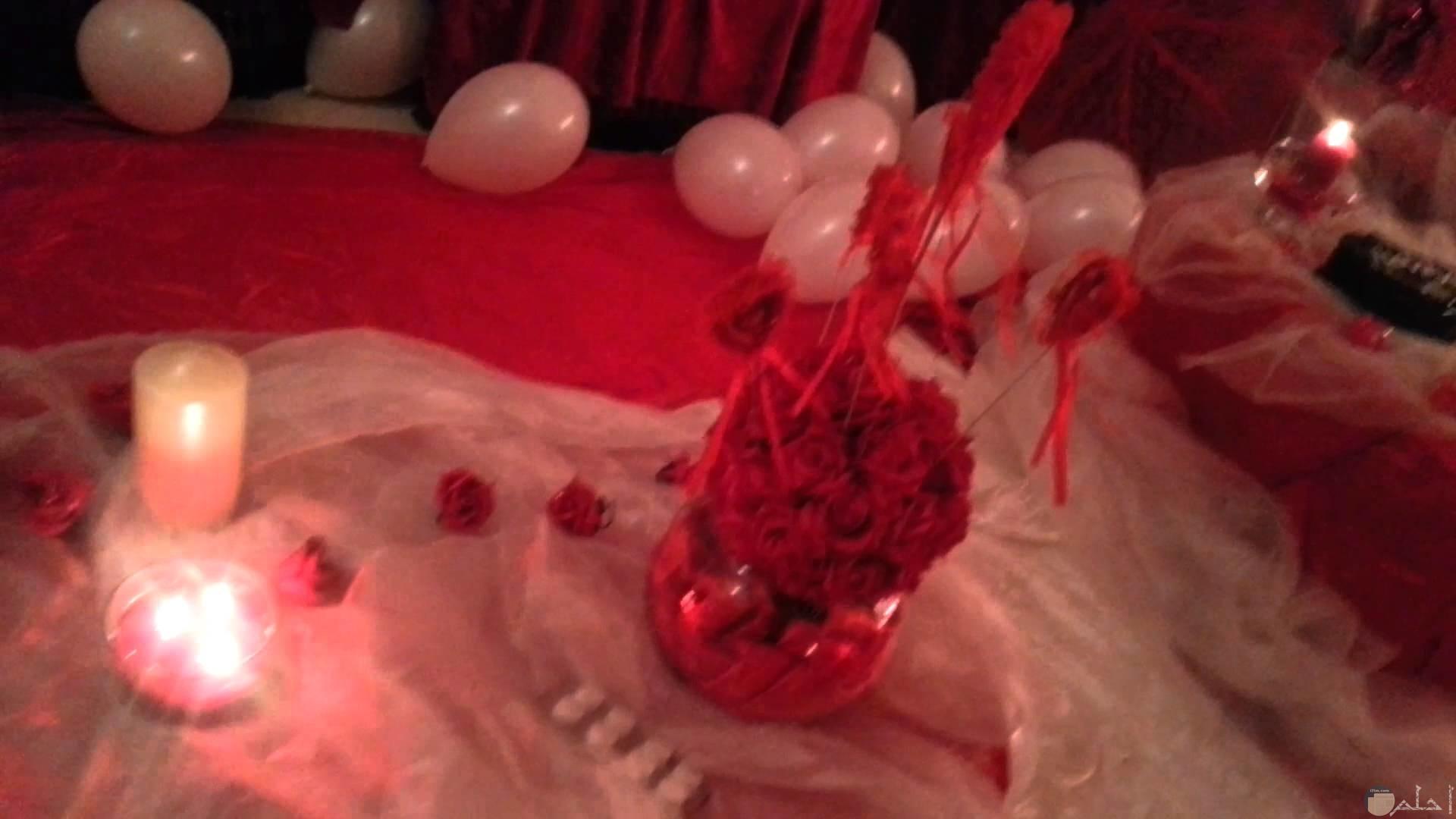 بلونات و ديكور أحمر يعبر عن الحب و الرومانسية.