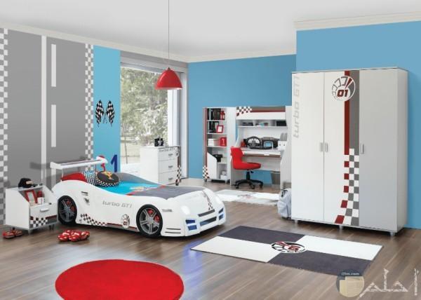 غرفة أولاد على شكل سيارة أبيض وأسو ولبني