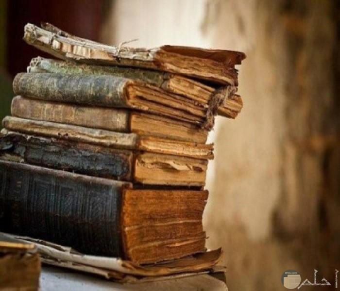 صورة مجموعة كتب قديمة فوق بعضها