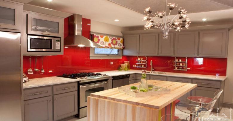 مطبخ أبيض وأحمر