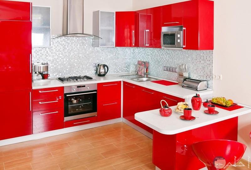 مطبخ من اللون الأحمر والأبيض