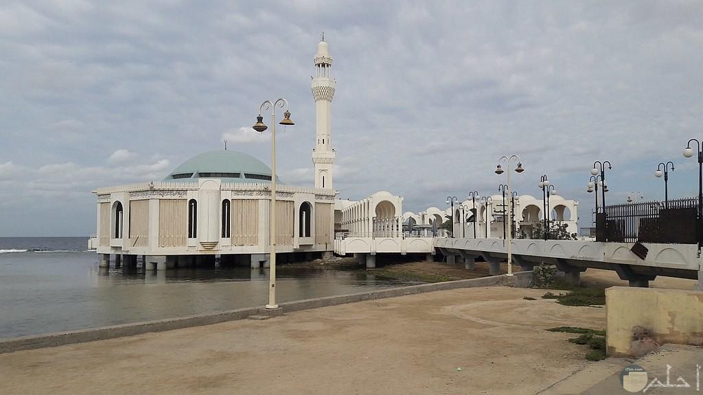 المسجد العائم نهارا