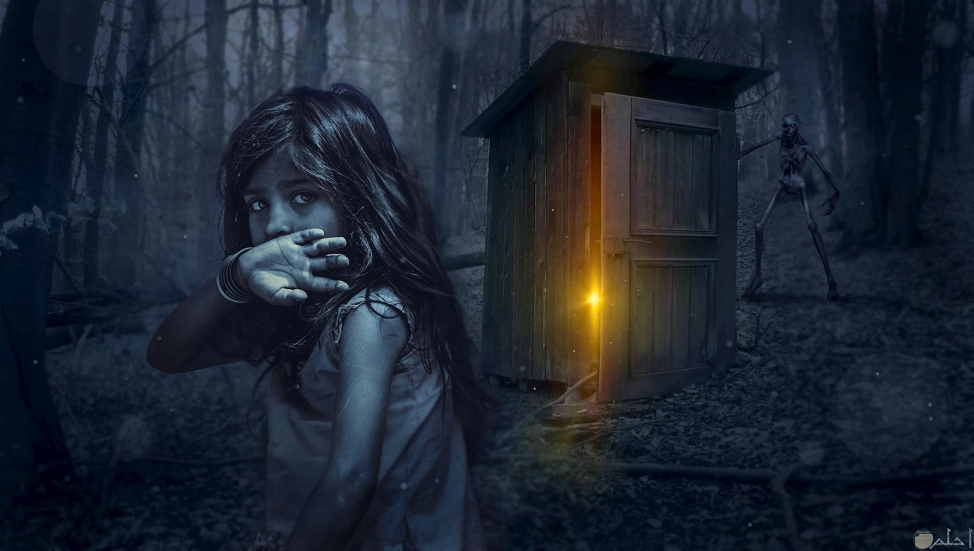 فتاة خائفة من كائن مرعب يتسلل نحوها