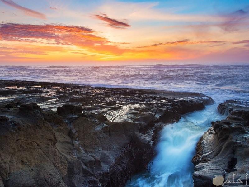 بحر ينحدر إلى شلال رائع