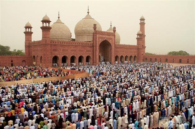 صلاه العيد باحد البلاد العربية