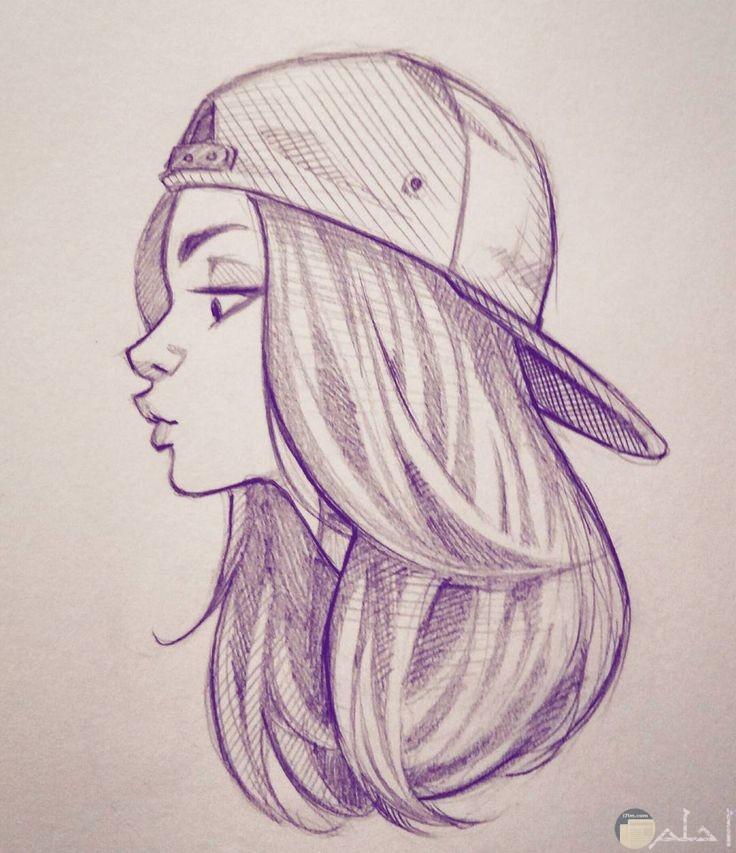 فتاة ذات شعر طويل وكاب
