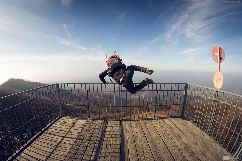 شخص يقفز من مسافة عالية جدا