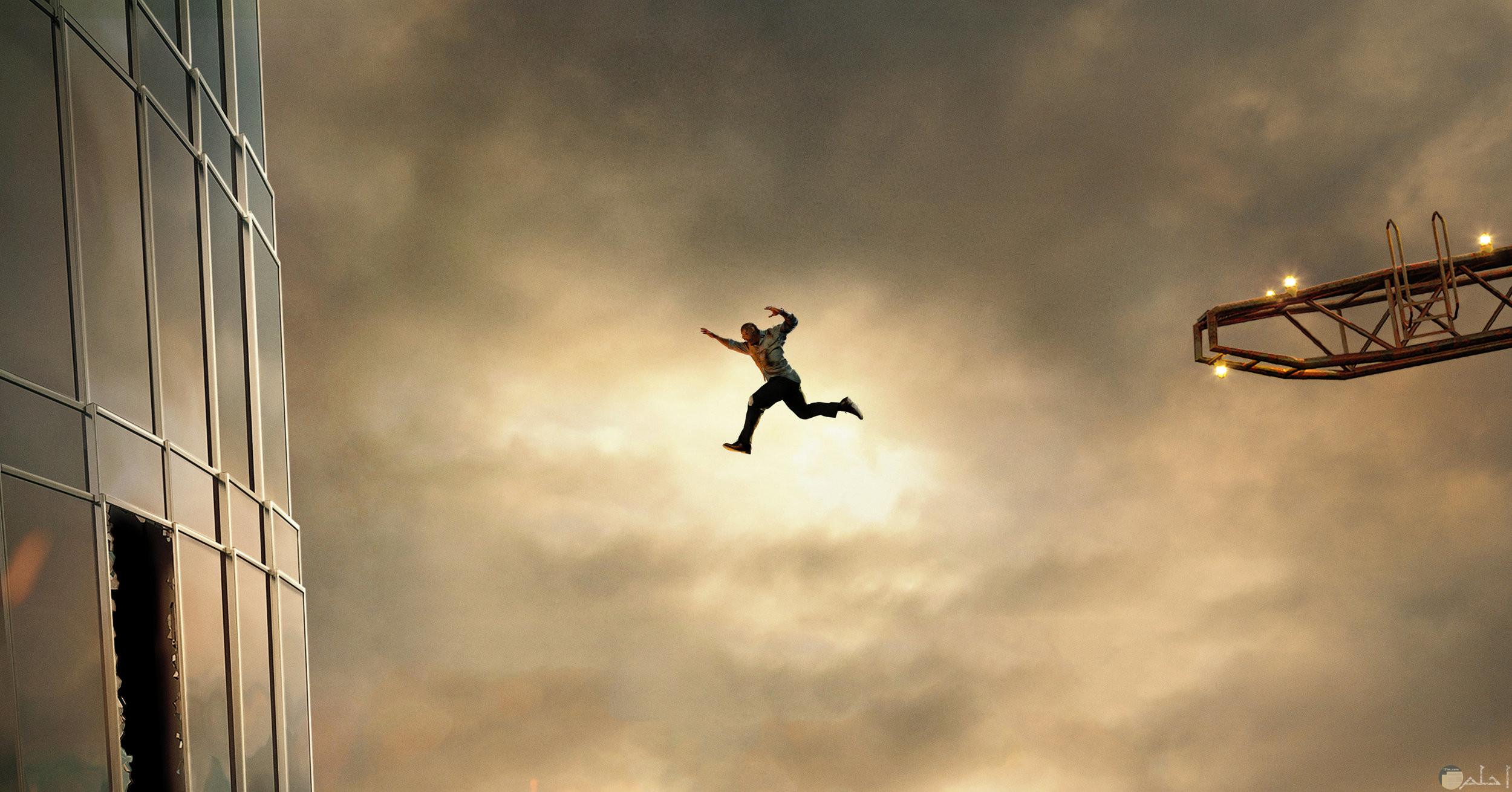 رجل يسقط من مبنى مرتفع