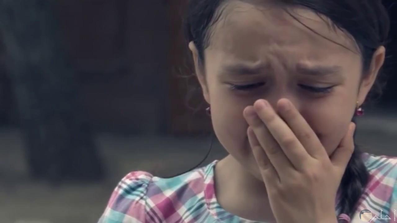فتاه رقيقة تضع يدها على فمها ومنهارة فى البكاء