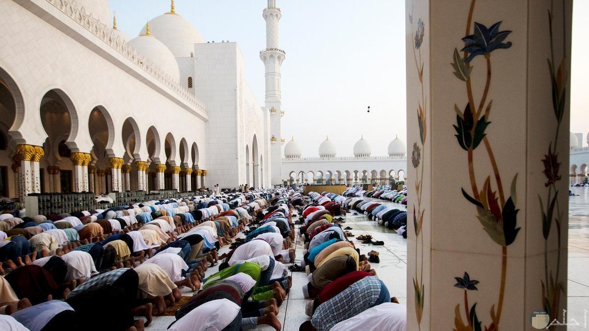 اعداد كبيرة تصلى بالمسجد