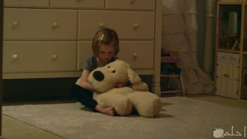 فتاه مفردها تجلس فى صمت وتحتضن دبدوبها