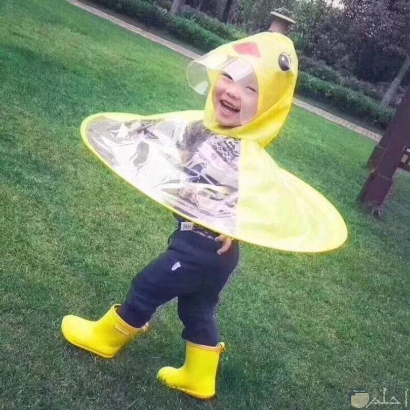 طفل جميل يرتدي زي مضحك وغريب