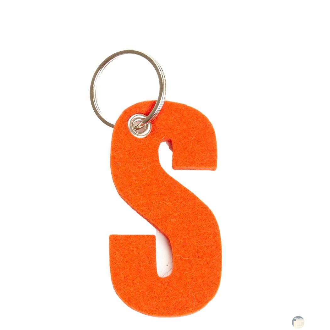 حرف s باللون البرتقالي
