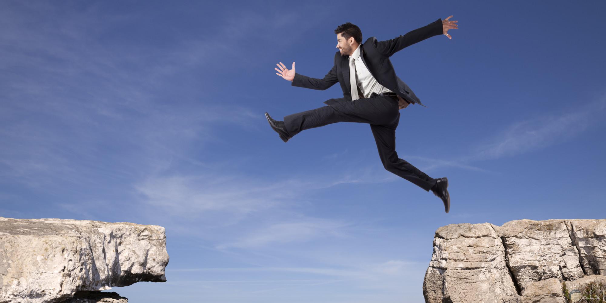 صور فوتوغرافيا أكشن لشاب يقفز من الجبال