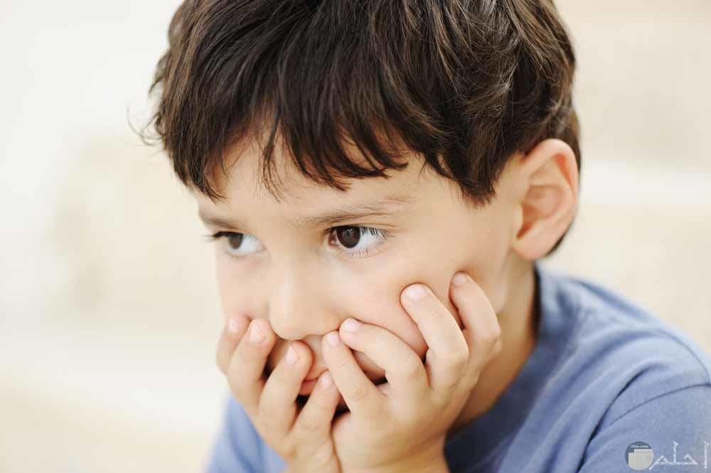 ولد صغير متأثر يفكر وهو حزين