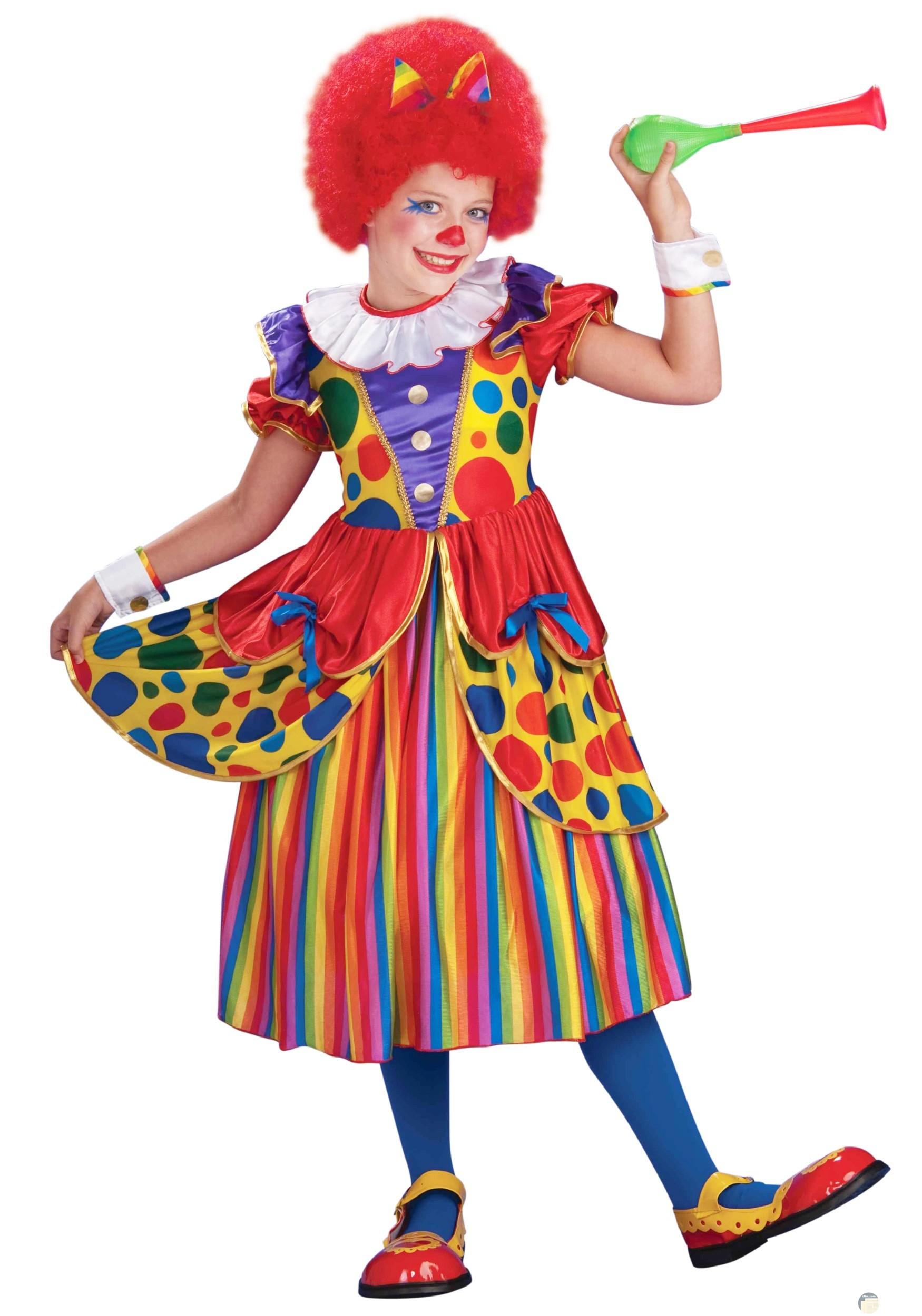 صورة مضحكة لفتاه ترتدى ملابس ملونة وباروكة حمراء ووجهها ملون