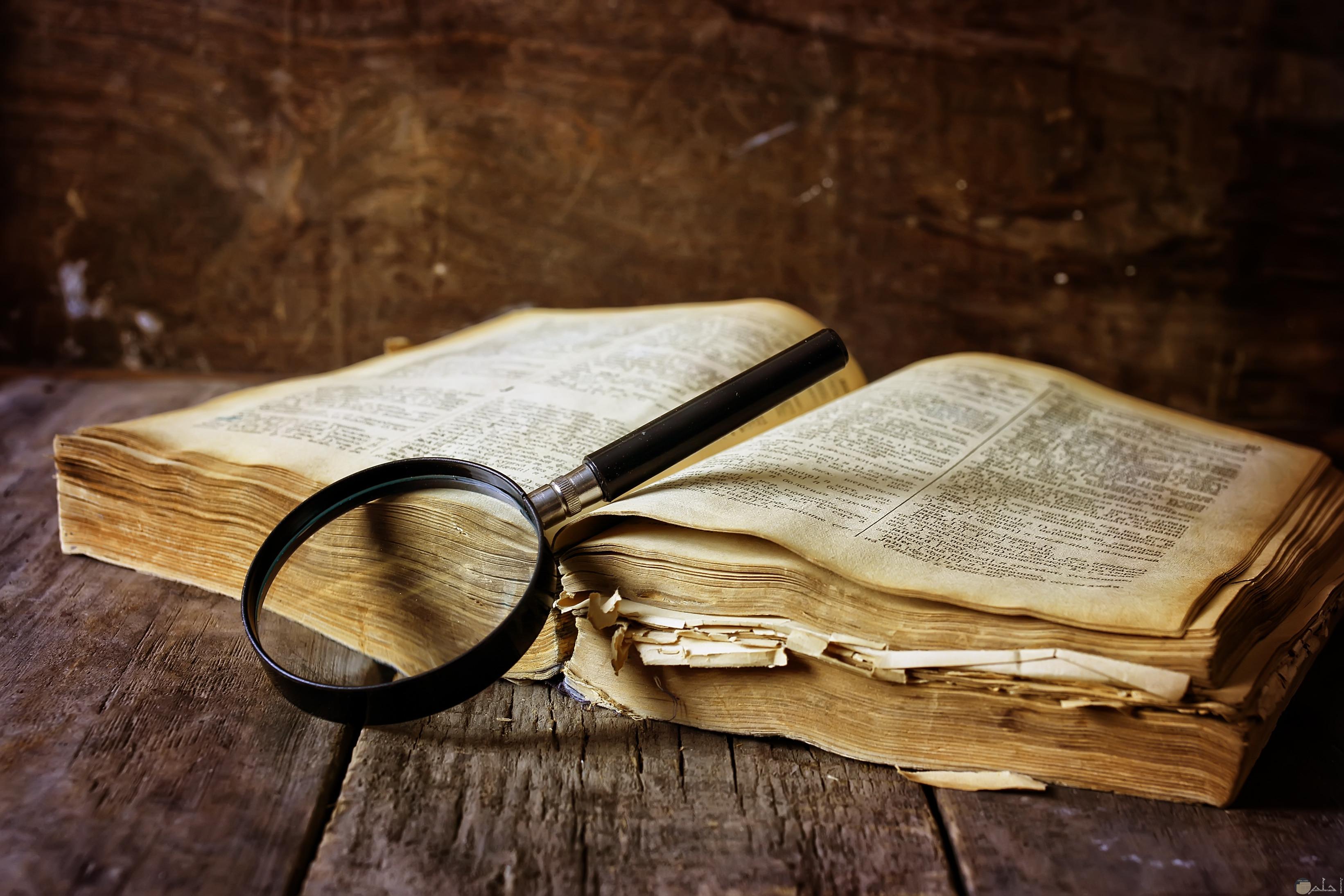 كتاب قديم ويتواجد بجوارة عدسة