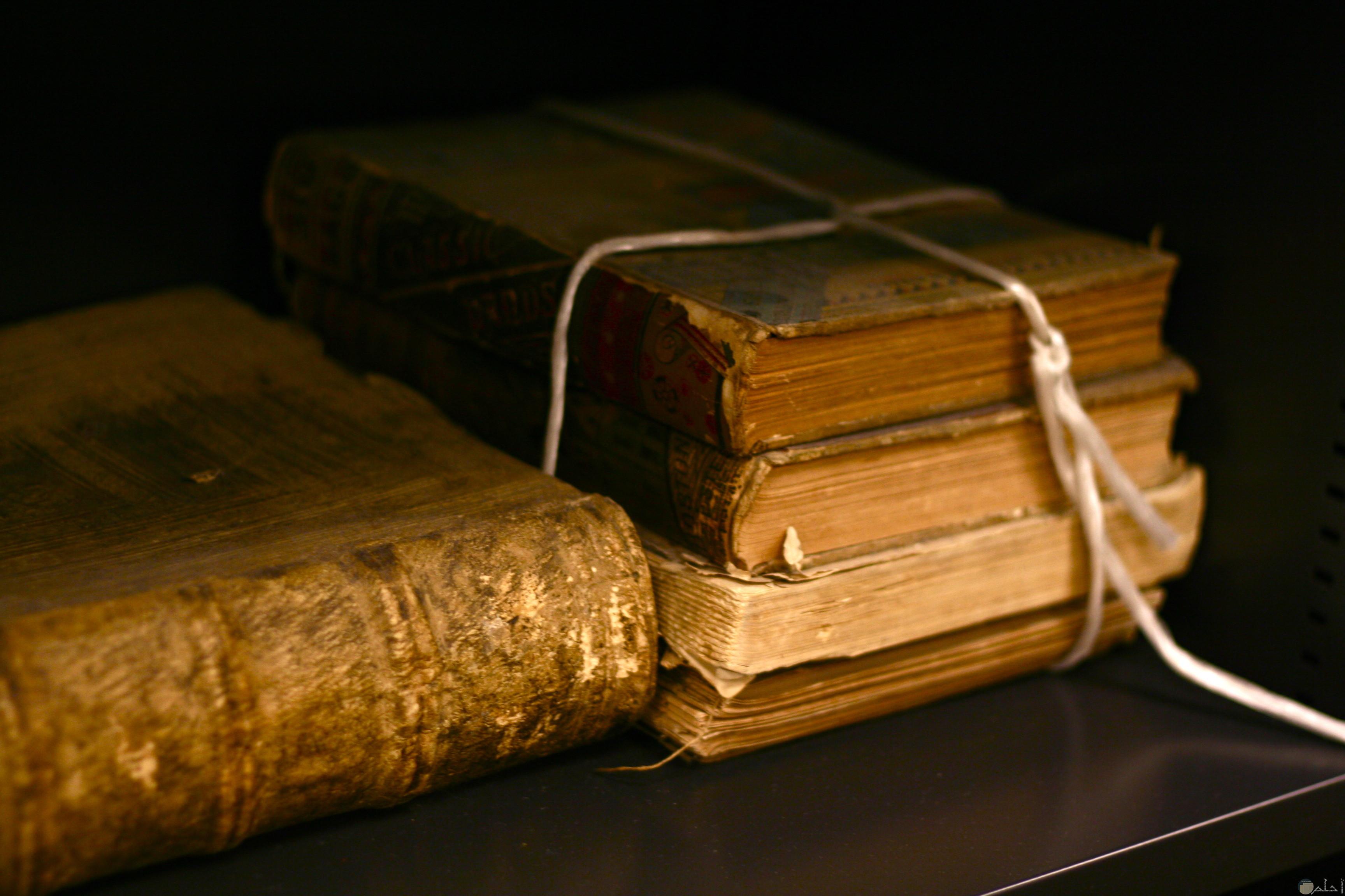 مجموعة من الكتب القديمة