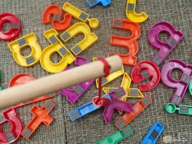 لعب وأشكال الحروف بالمغناطيس
