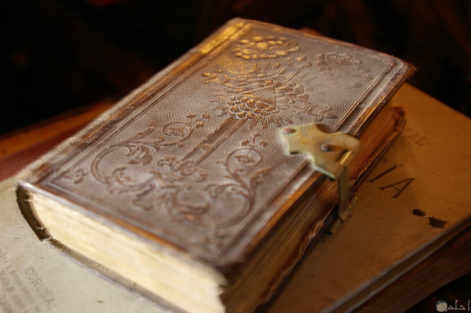 كتاب قديم بغطاء فضي