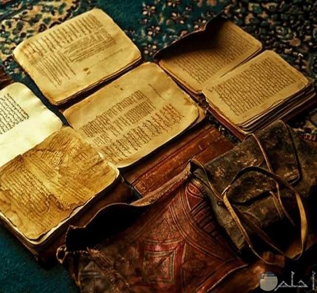 مجموعة من الكتب الصغيرة القديمة