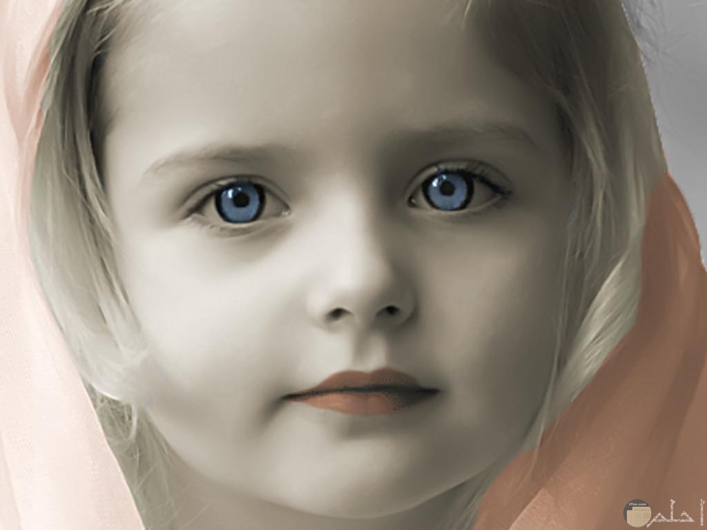 بنت جميلة بعين زرقاء.