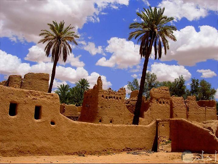 بساطة الحياة في بيوت الطين القديمة