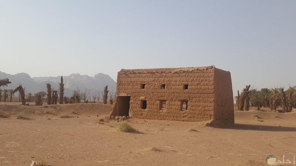 بيت صغير من الطين