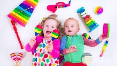 بنت و ولد بيلعبوا بالألعاب الملونة.