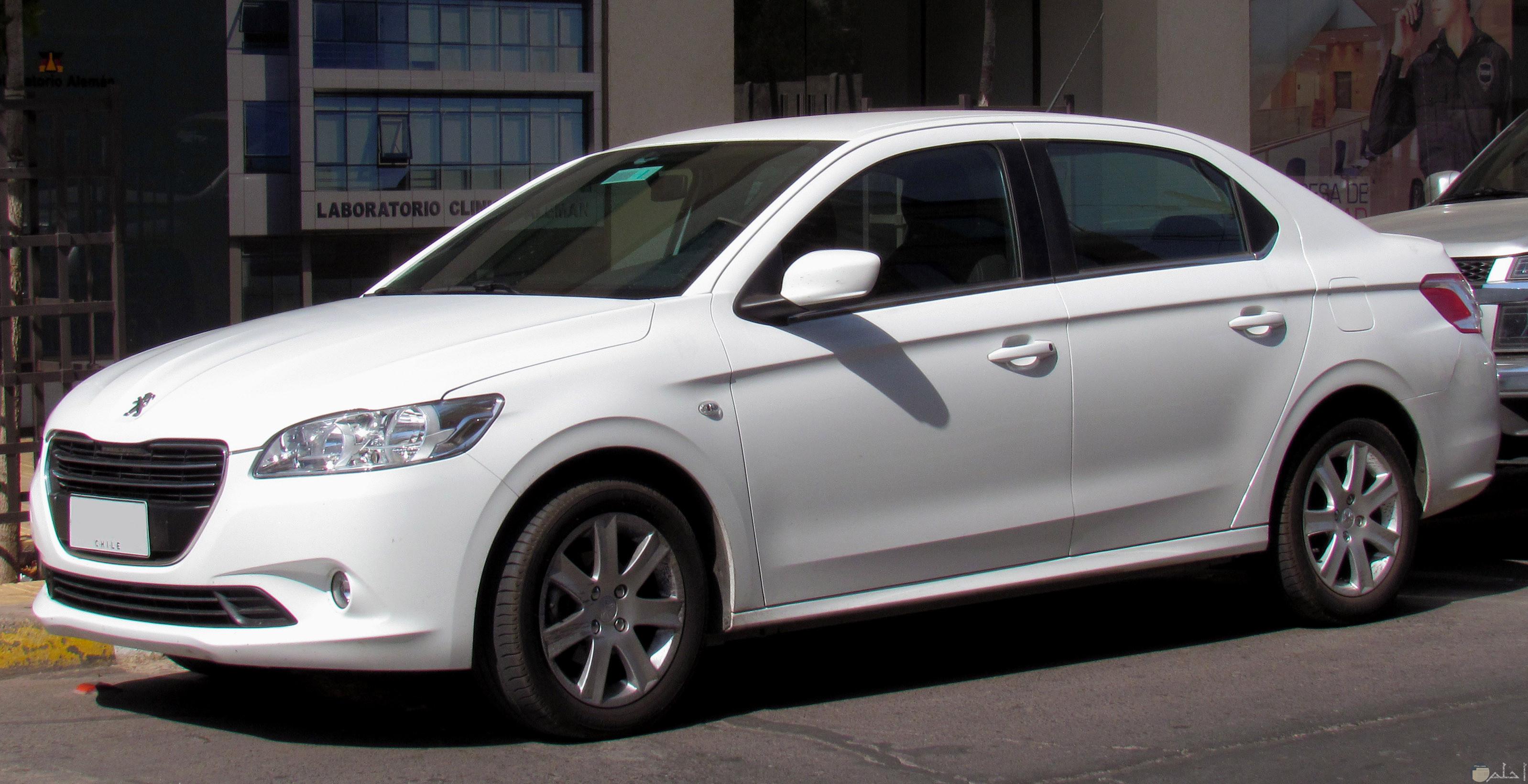 سيارة بيجو موديل حديث بيضاء اللون.