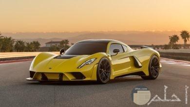 سيارة حديثة صفراء رائعة التصميم.