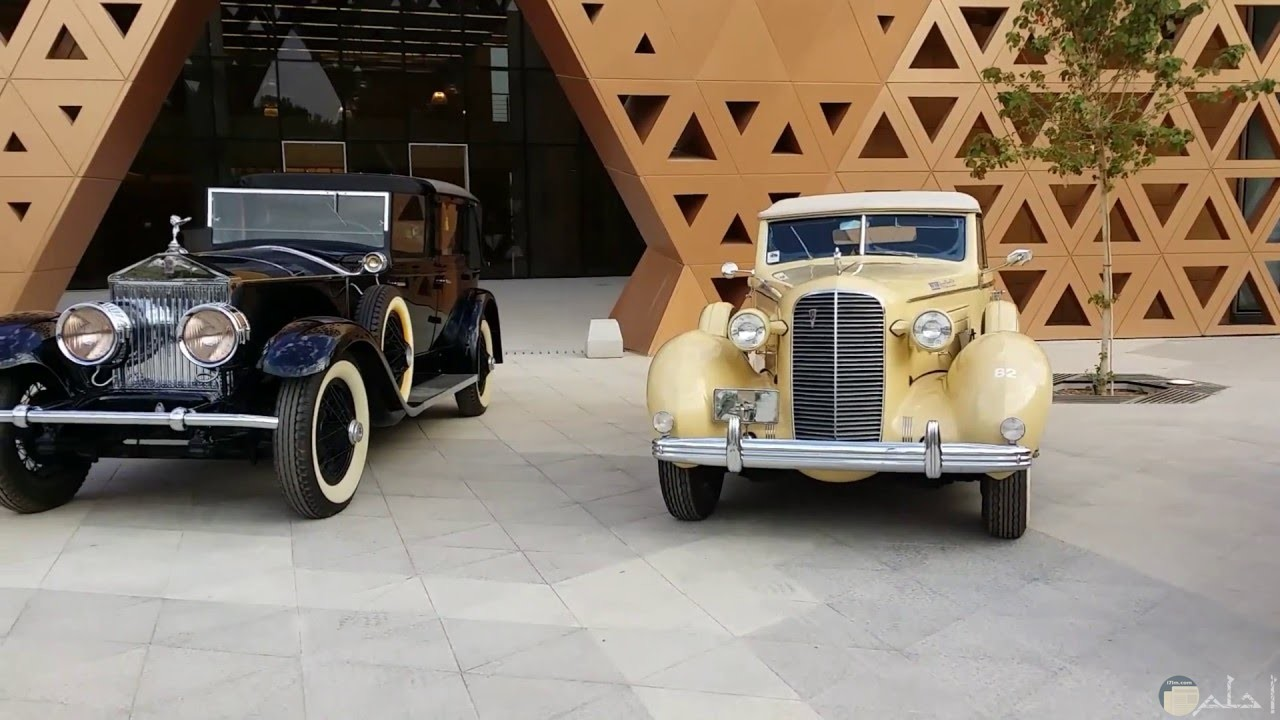 سيارتان قديمتان باللون الأصفر و الأسود
