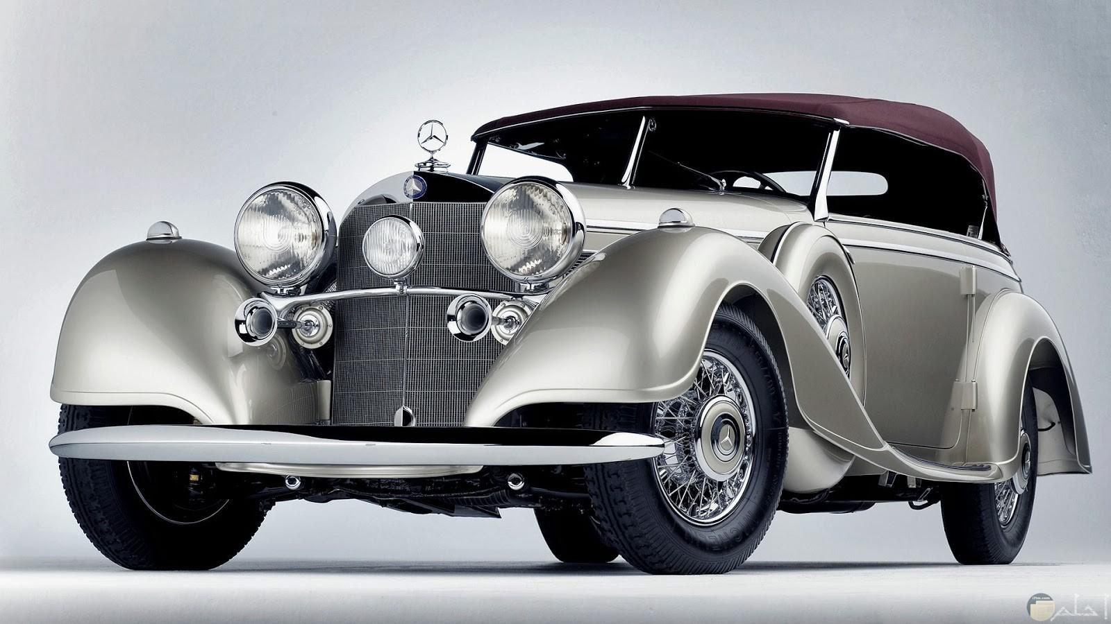 سيارة مرسيدس قديمة ونادرة بالتصميم القديم الرائع.