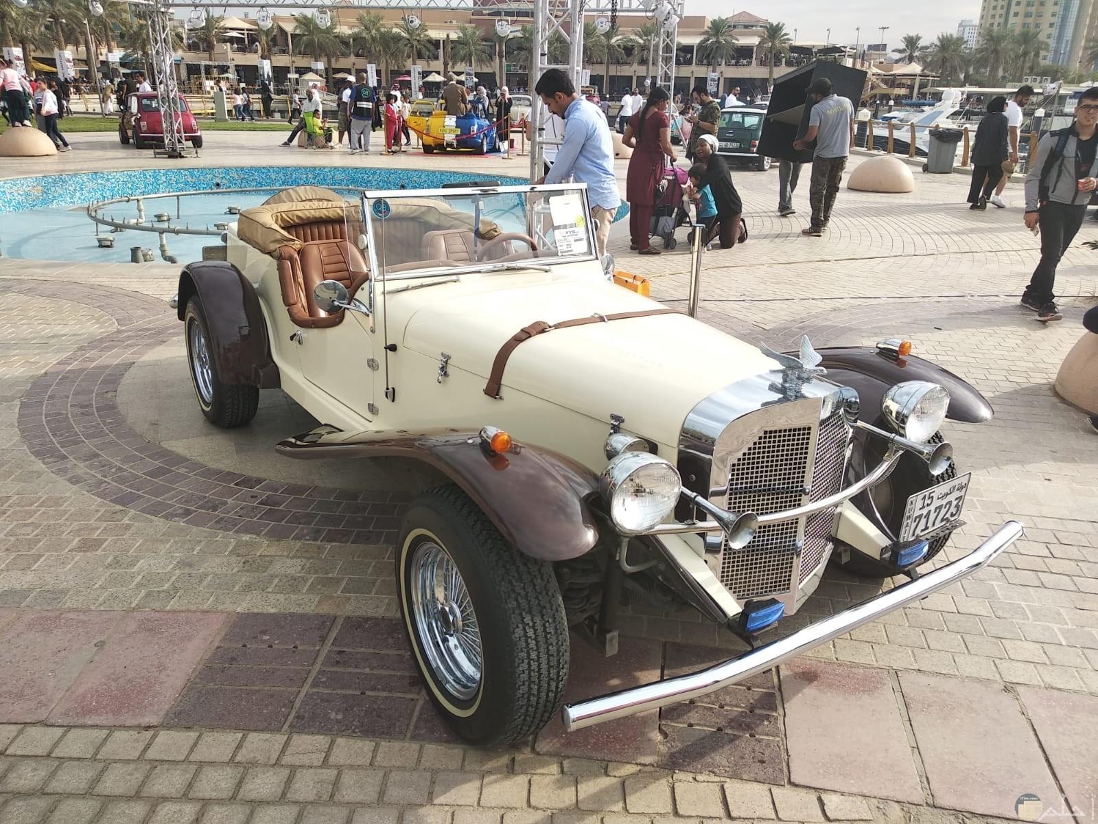 سيارة بتصميم قديم جداً و نادر الوجود.