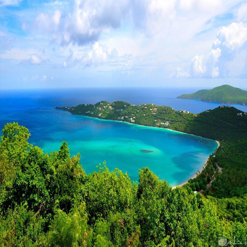 جزيرة جميلة تكسوها الخضرة والمناظر الخلابة