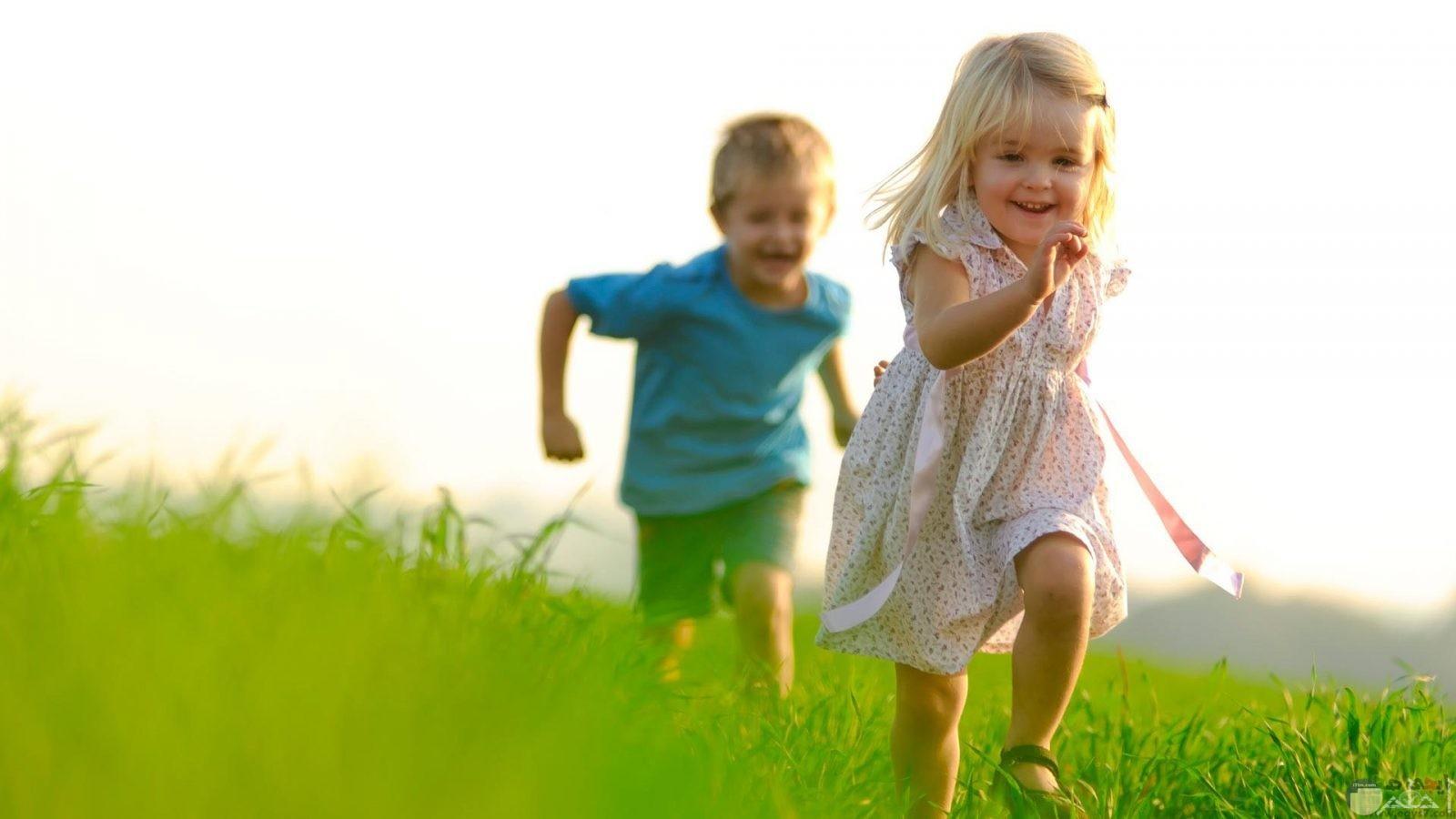 ولد يركض وراء بنت جميلة