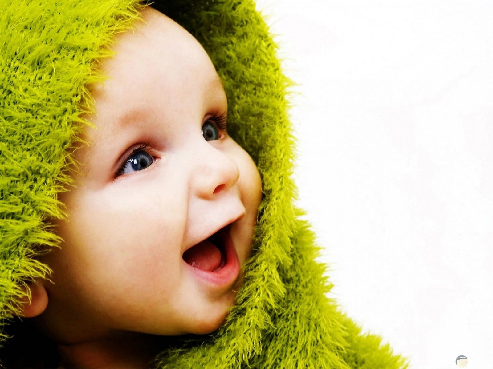 براءة الاطفال _ طفل بيضحك.