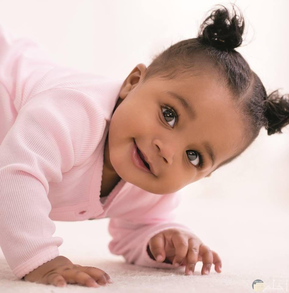 طفلة صغيرة سمراء جميلة.