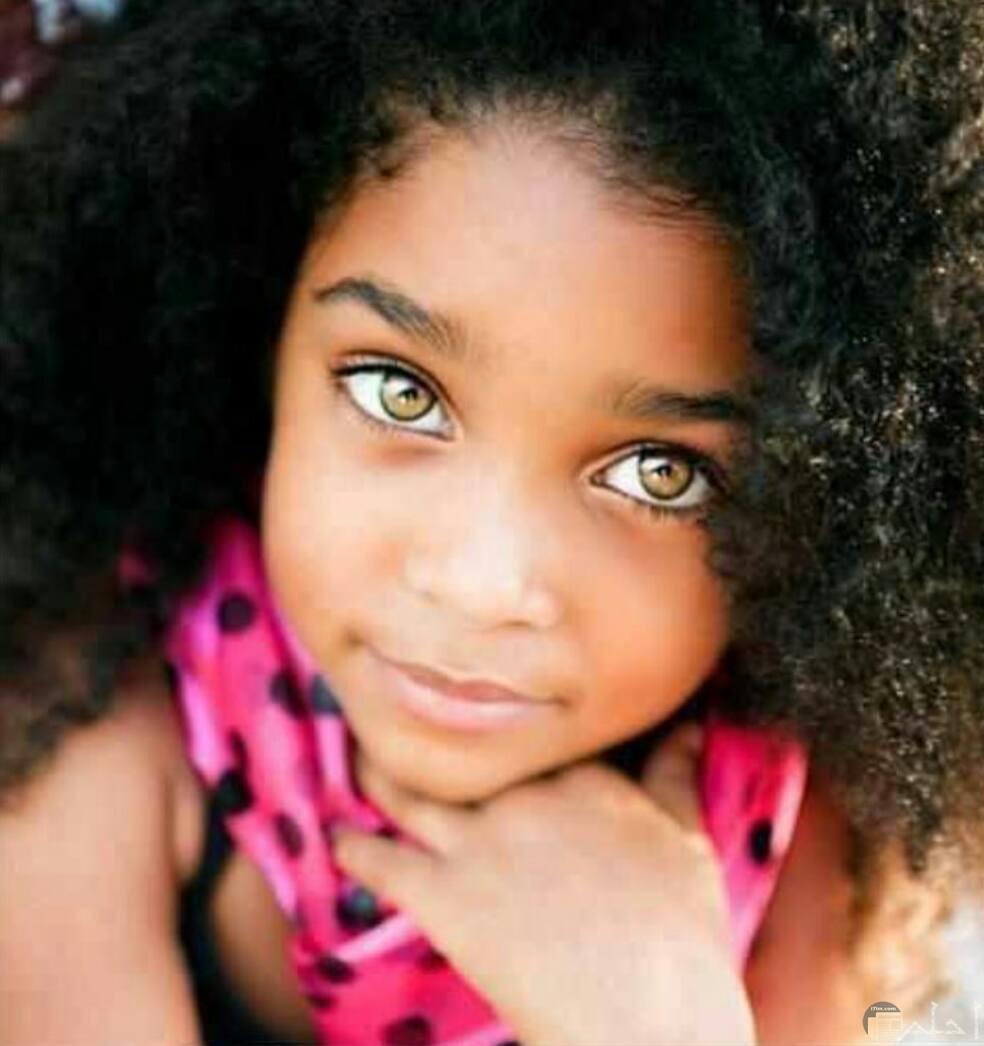 بنت سمراء و لها عيون بني جميلة.