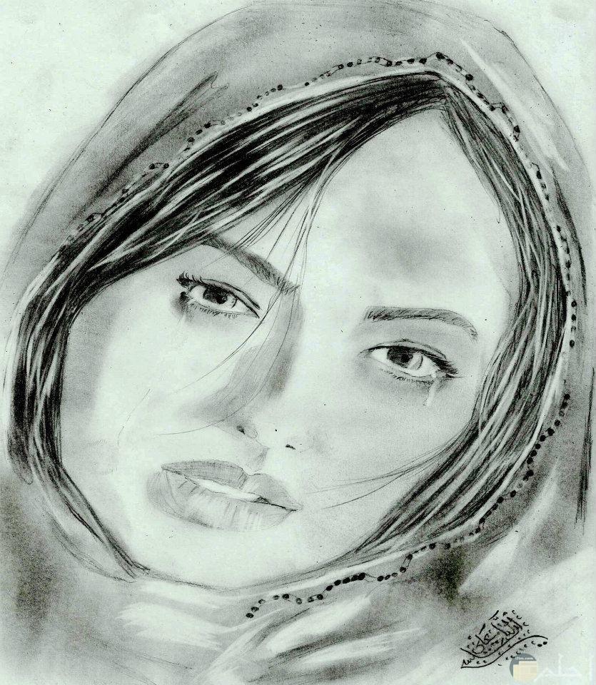 رسمة انمي لفتاة بوشاح على رأسها.