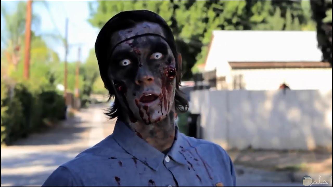 صورة مقربة لزومبي متغير لون عينه بشكل مرعب.
