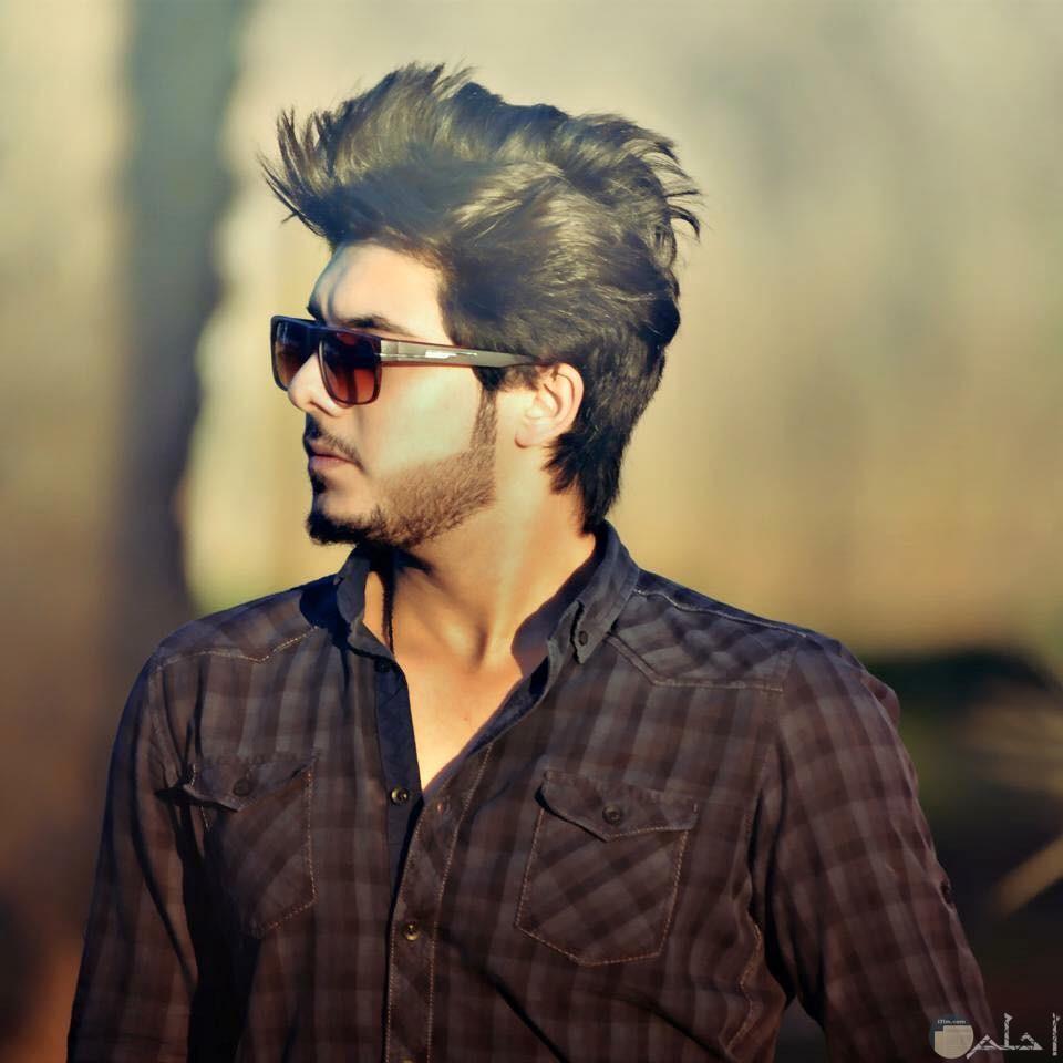 صورة شاب وسيم يرتدي نظارة شمسية