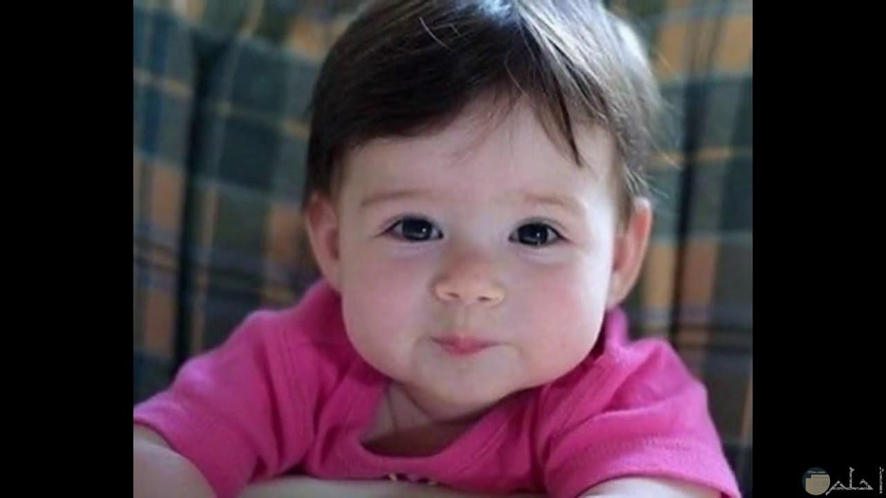 بنت صغيرة جميلة بضحكة جميلة.