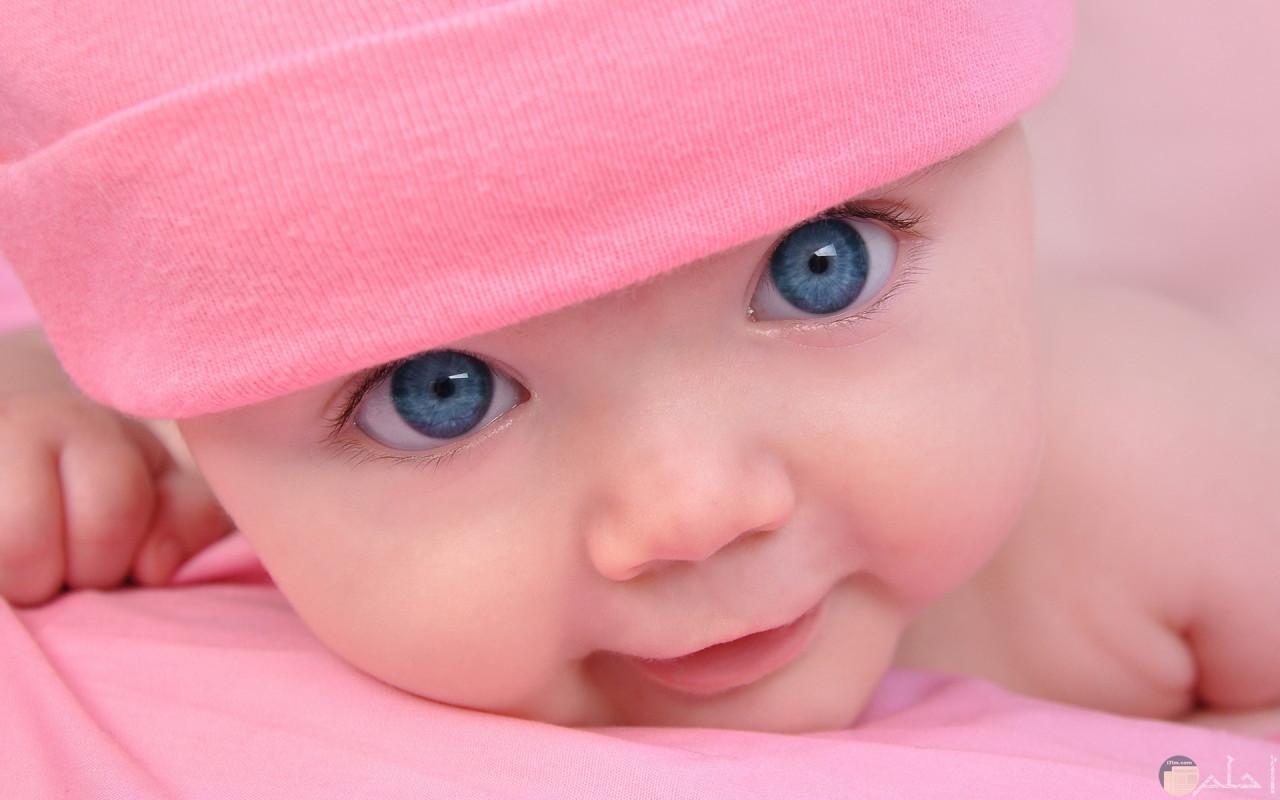 طفلة صغيرة جميلة بعيون زرقاء ساحرة.