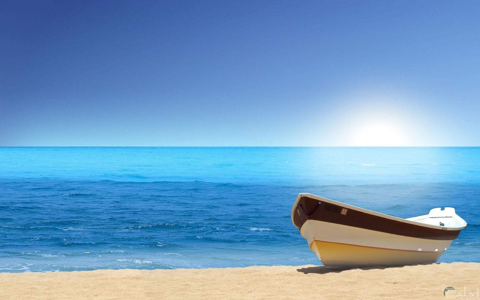 جمال القارب علي رمال الشاطئ و هدوء أمواج البحر الجميل.